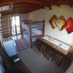 Mesa, beliche e ao fundo a porta da sacada.